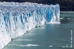 Bild Abbruch eines ganzen Zacken, Perito Moreno Gletscher, an der Abbruchkante des ca. 70 m hohen Eisblocks leuchtet das Eis gletscherblau