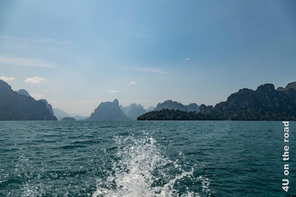 Bild Blick zurück - Abschied vom Cheow Lan Lake, Heckwelle vom Longboot und Kalksteinfelsen, die im Dunst verschwinden