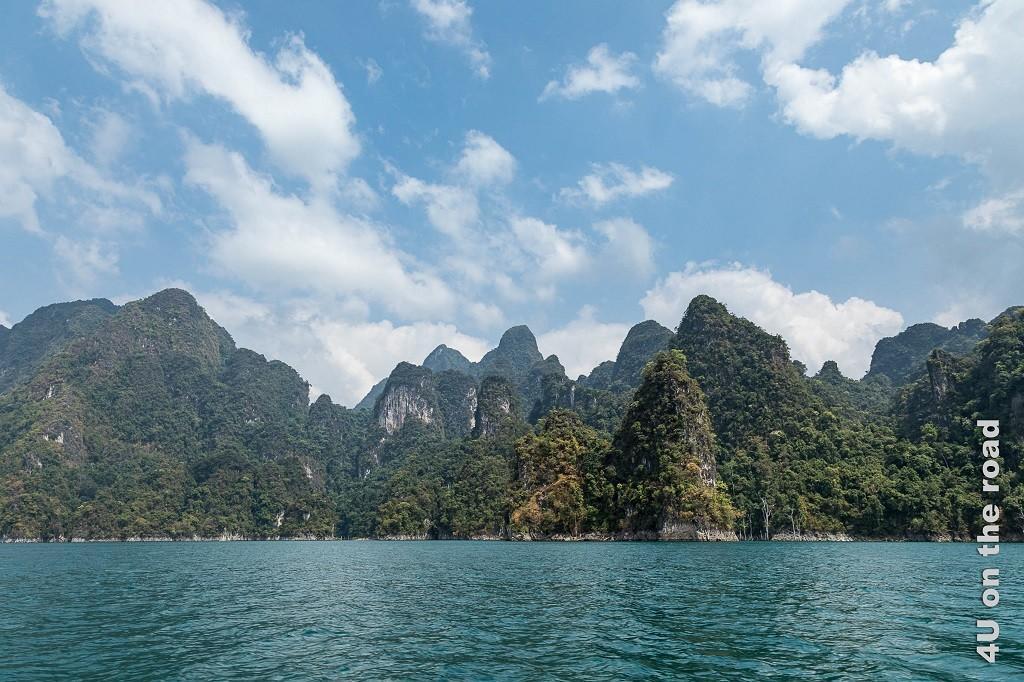 Bild Cheow Lan Lake – Karstgebiet, See mit vielen bewachsenen Kalksteinfelsen