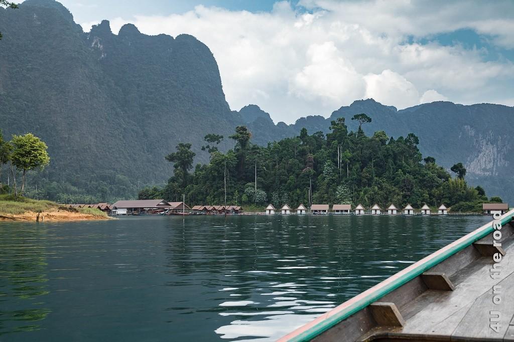 Bild Cheow Lan Lake - Flosshaussiedlung, Flosshäuser auf dem See im Hintergrund Kalksteinfelsen