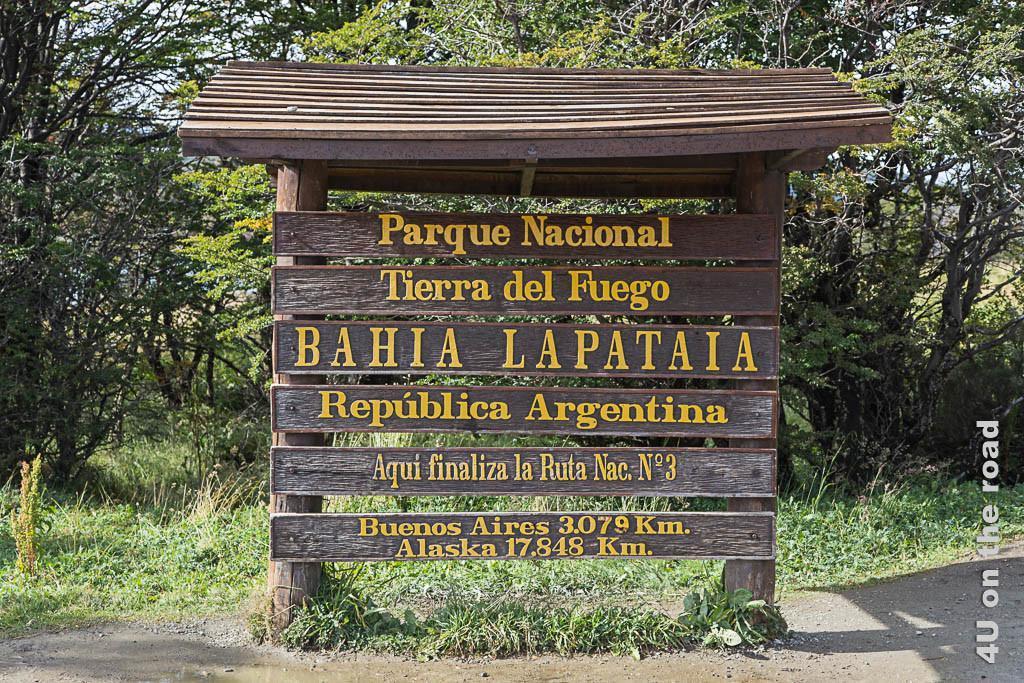 """Bild Schild """"Das Ende der Ruta Nr. 3 im Tierra del Fuego Nationalpark, u.a. mit Kilometerangaben nach Buenos Aires (3079 km) und Alaska (17848 km)"""