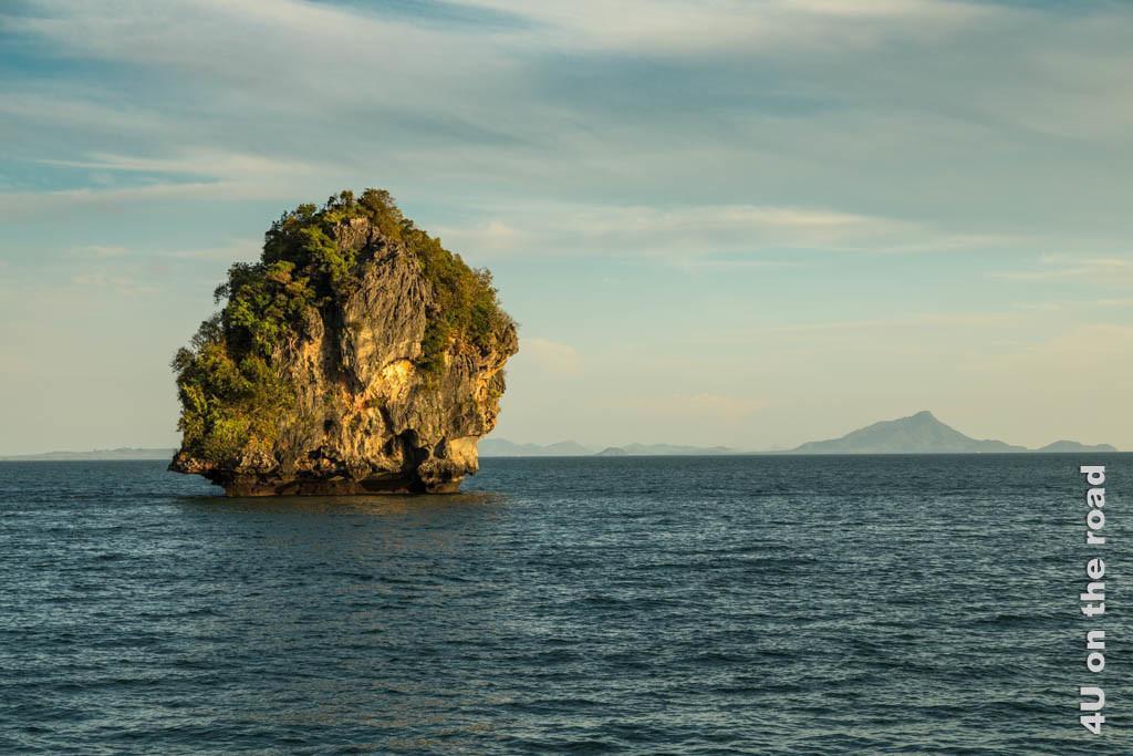 Bild Einsam im Wasser, zeigt einen einsamen Felsen im Wasser