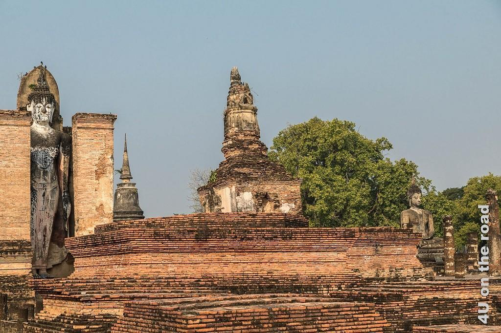 Bild 3a Historical Park, Sukhothai, stehender und sitzender Buddha, in der Mitte Tempelruine