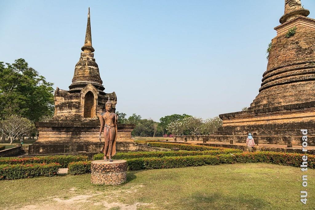 Bild 4 Impressionen Historical Park, Sukhothai, Buddha Bronze vor glockenförmigen Tempel in Grünanlage