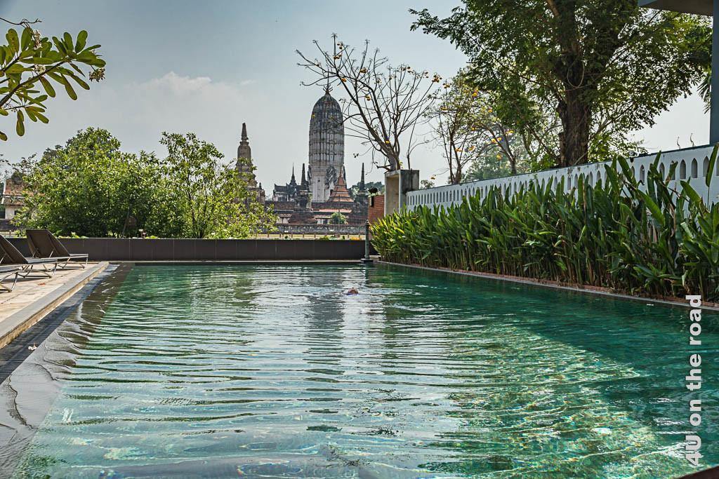Bild Pool mit dem Tempel Wat Phutthaisawan im Hintergrund