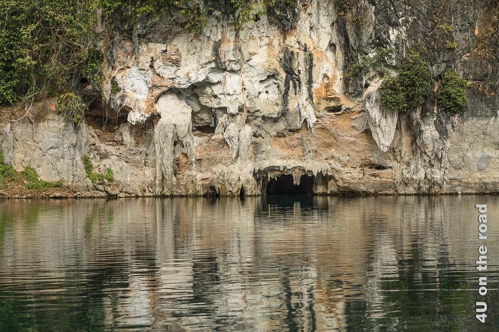 Bild Tropfsteine schon aussen am Fels - Cheow Lan Lake, der Kalkstein verwittert schon aussen und tropft zum Wasser, welches den Fels spiegelt