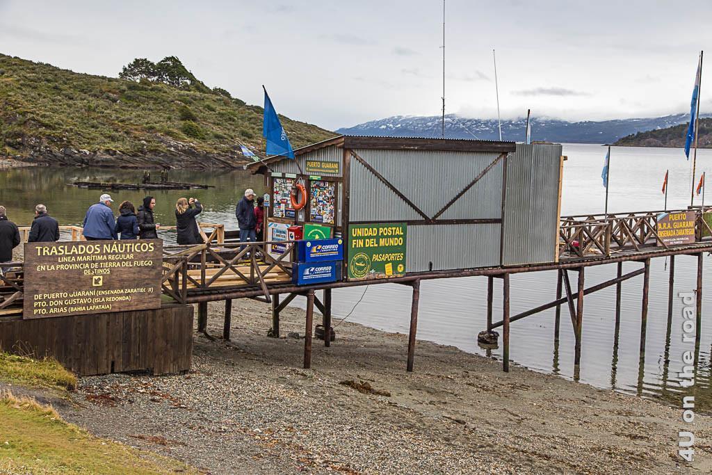 Bild Unidad postal del fin del mundo, Tierra del Fuego Nationalpark, Ushuaia zeigt einen Steg auf Stelzen mit einer Wellblechhütte in der das Postamt untergebracht ist.