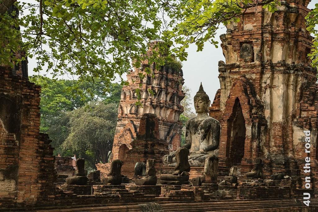Bild 2 Wat Mahathat, schiefer Turm mit Buddha im Vordergrund - Ayutthaya
