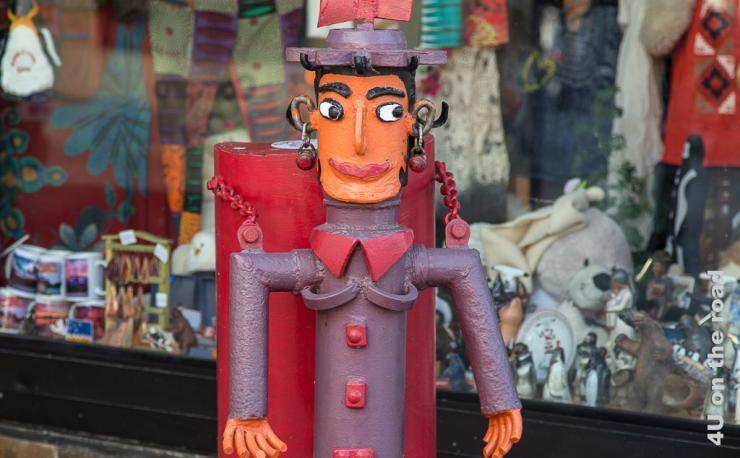 Bild zeigt eine bunte Metallskulpture eines Inka Mädchens.