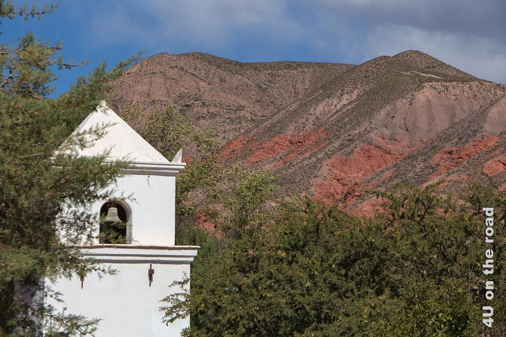 Bild Kirchturm vor bunten Felsen, Kirche Uquia