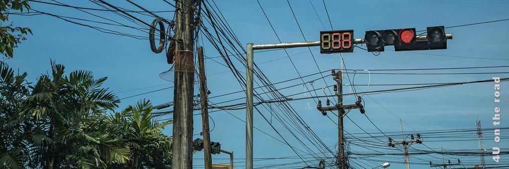 Bild Kreuzung mit Countdown zählender Ampel und Kabelsalat