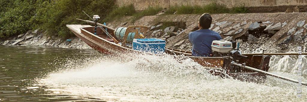 Bild Leben am Fluss, schnell fahrendes kleines Boot