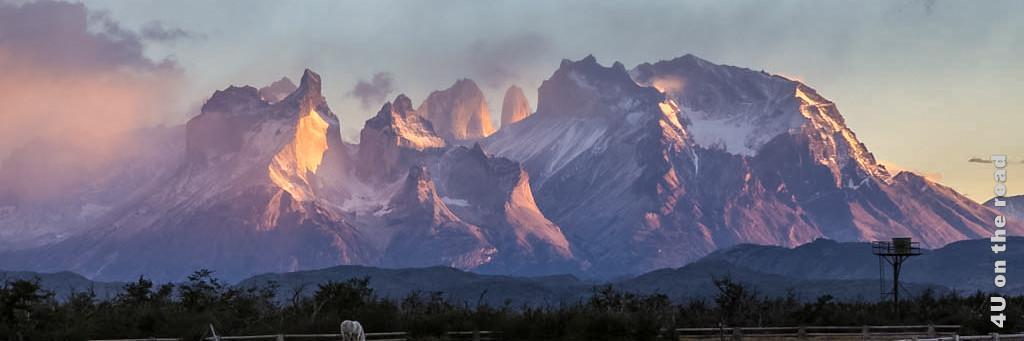 Bild Torres del Paine Gebirgsmassiv im Sonnenaufgang, rosa gefärbt