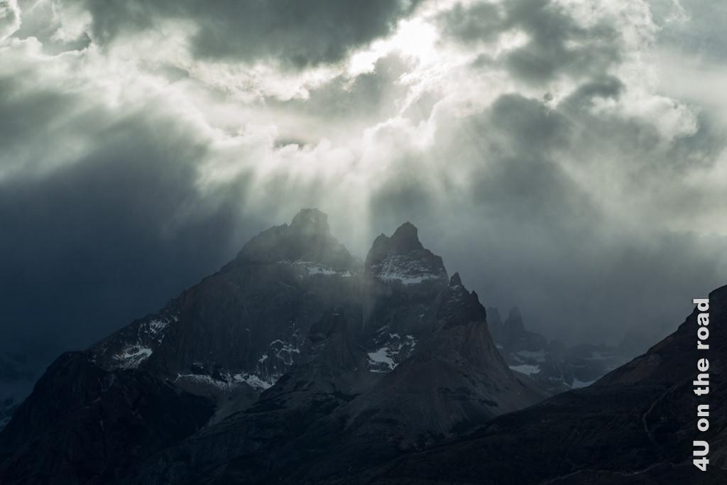 Bild 2 Torres del Paine Nationalpark - Naturgewalten, dramatische Lichtverhältnisse am Gebirgsmassiv