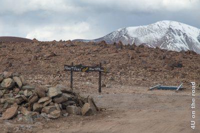 Das Bild zeigt das Schild der Passhöhe Abra del Acay mit einer Höhe von 4.895 m
