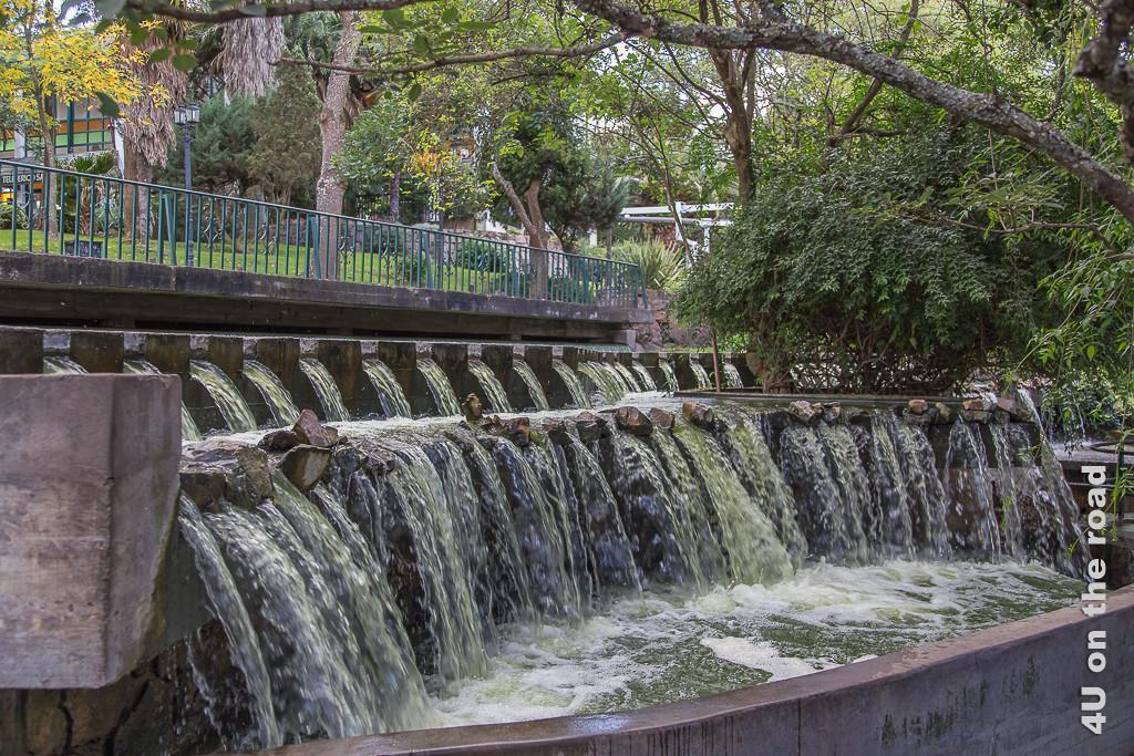 Bild Auf dem San Bernardo - Salta. Im Bild breiter kunstvoll gefasster Wasserlauf und schattenspendende Bäume.