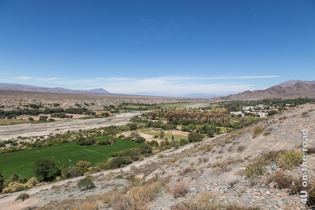 Bild Blick von oben auf Fluss und Cachi und die karge Hochebene dahinter.
