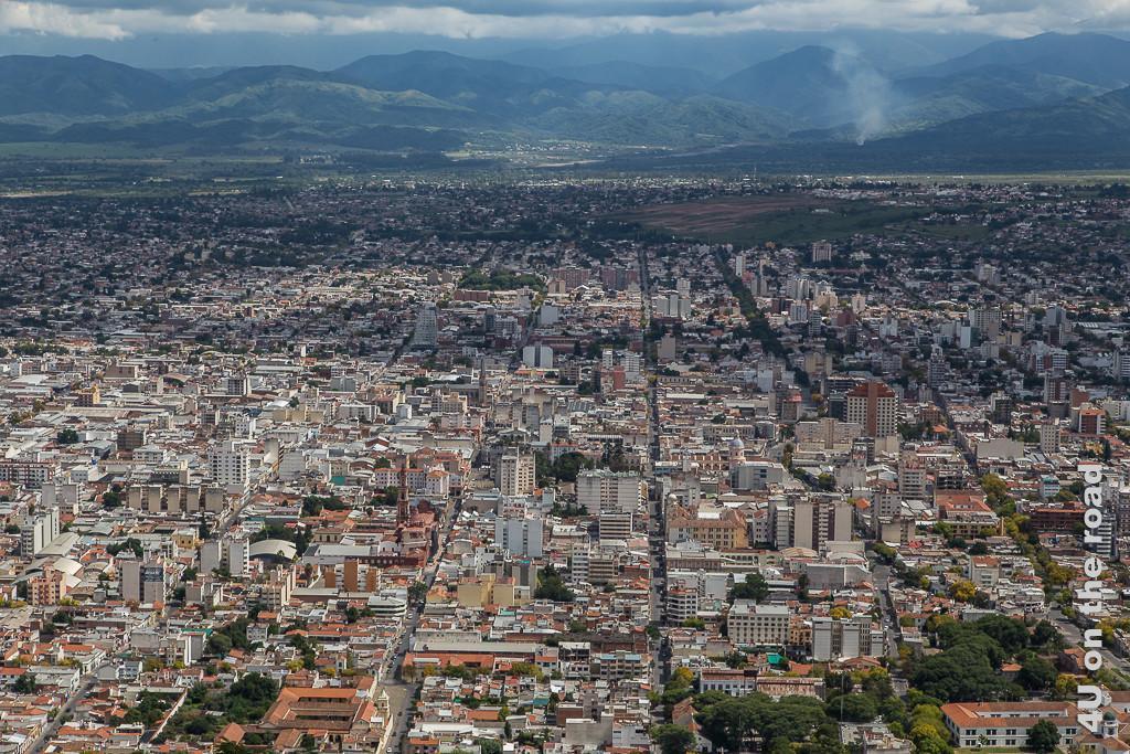 Bild Blick vom San Bernardo auf Salta - mit etwas Fantasie erkennt man das Muster der Strassen, sieht man sehr schön die breiteren, fast im gleichen Abstand Salta durchziehenden Längsstrassen.