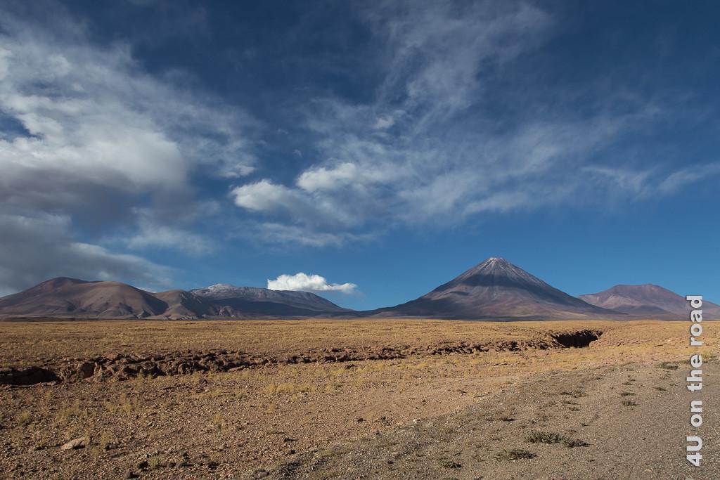 Bild Blick zurück nach oben zum Kegelvulkan und weiteren Bergen mit Wolken