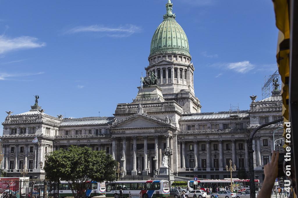 Bild Buenos Aires - Argentinischer Nationalkongress. Ein prunkvoller Bau im klassischen Stil mit vielen Säulen, Steingeländern, Aussengängen, griechischem Tempelportal, Statuen und Reiterfiguren, sowei einem alles überragenden Mittelbau mit Kuppel mit hohem, grünem Dach