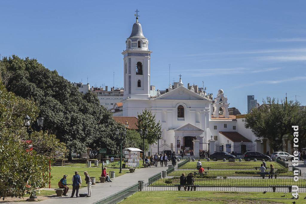 Bild Buenos Aires - Basílica Nuestra Señora del Pilar im Stadtteil Recoleta. Ein weisses Gebäude in schlichtem, klassischem Stil mit weissem Turm. Das Turmdach ist wie eine Glocke geformt.