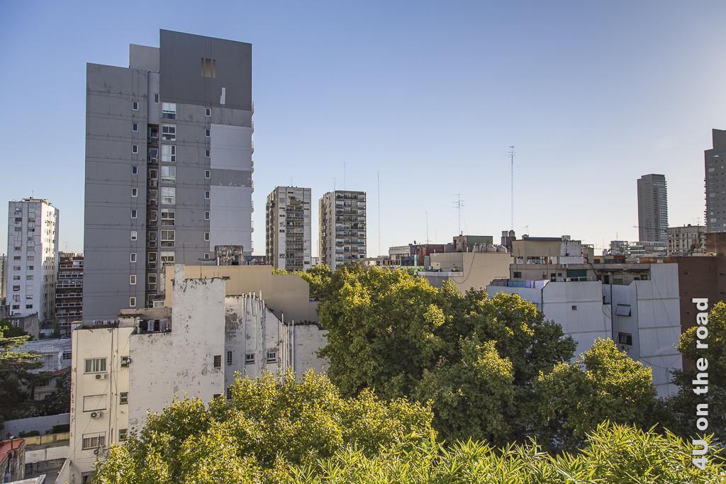 Bild Buenos Aires - Blick vom Hotel-Dach. Baumwipfel eines kleinen Parks im Vordergrund, dahinter nicht sehr schöne Wohnblocks unterschiedlichster Höhe.