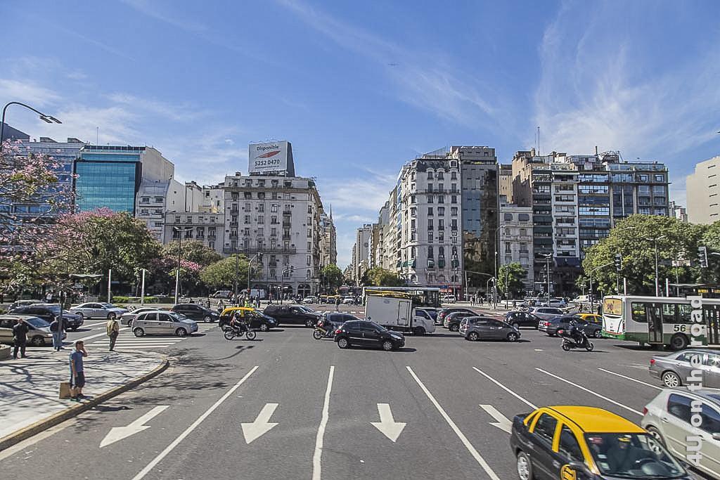 Bild Buenos Aires - Blick zurück auf die Avenida 9 de Julio aus einer Querstrasse, die selber wenigstens 7 Fahrspuren in einer Richtung aufweist.