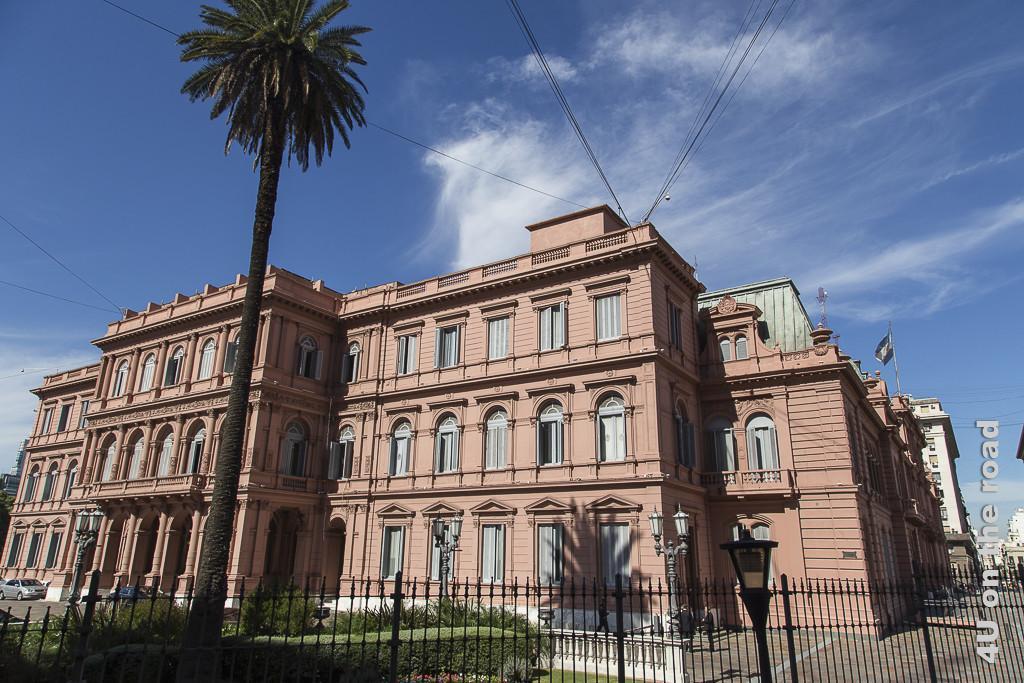 Bild Buenos Aires - Casa Rosada, Palast des Präsidenten. Ein 3-stöckiger Bau in schlichtem, klassischen Stil gebaut aus rosa-rötlichen Steinen.
