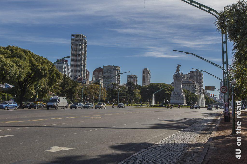 Bild Buenos Aires - Diese Strasse müssen wir überqueren. Eine breite Avenida ohne Mittelstreifen mit insgesamt mindestens 10 Fahrspuren.