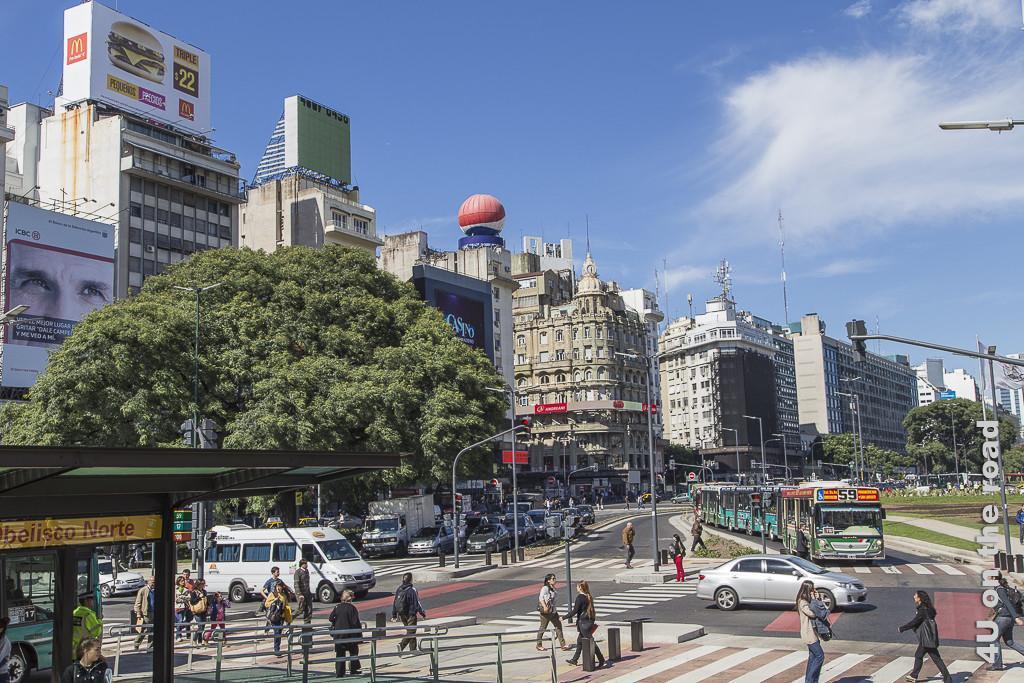 Bild Buenos Aires - Gebäude am Obelisken. Wieder verschiedenste Baustile von alt bis neu nebeneinander. Sie säumen die Aussenseiten der grossen Avenida in deren Mitte der Obelisk steht.