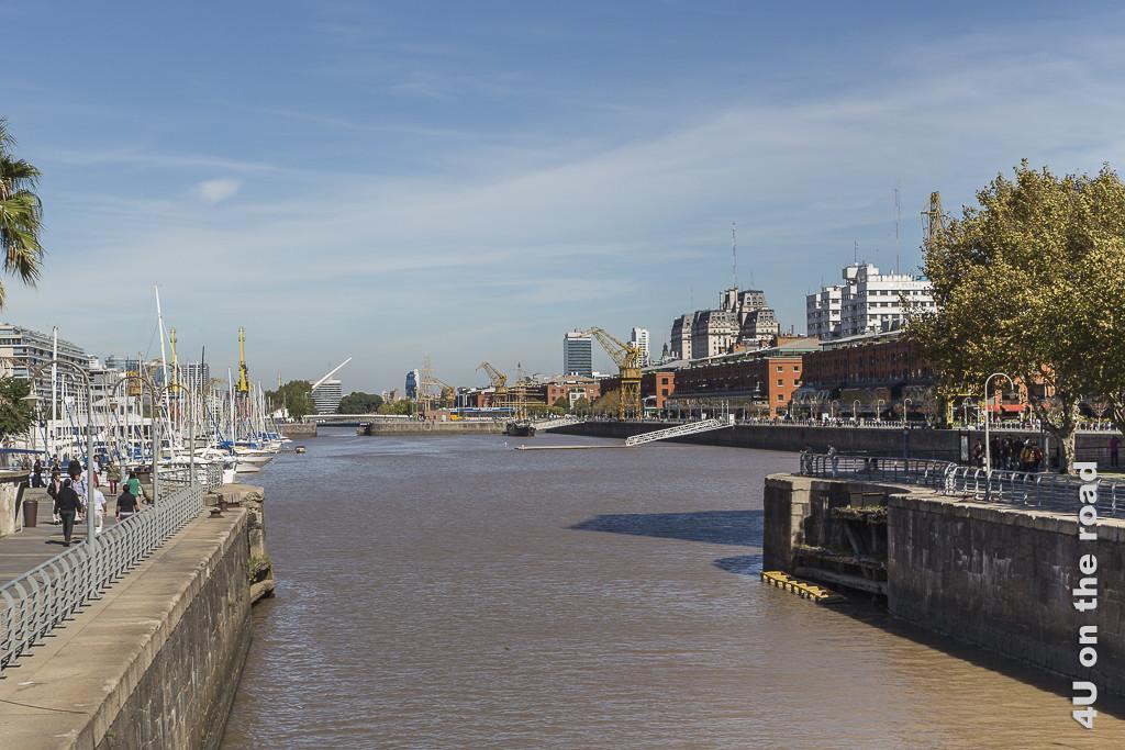 Bild  Puerto Madero - Am Yachthafen. Bild zeigt Blick von der Brücke auf den Yachthafen und viele alte Hafenkräne.