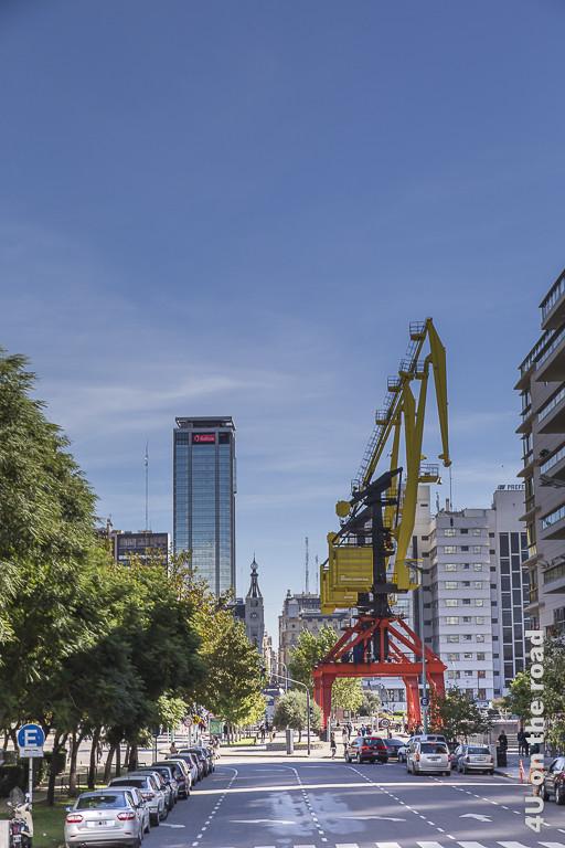 Bild Buenos Aires - Puerto Madero - Kräne erinnern an den Hafen. Inmitten der Wohnneubauten in dem ehemaligen Hafenviertel hat man alte Hafenkräne symbolisch stehen lassen und frisch angestrichen.