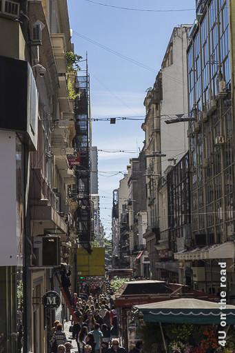 Bild Buenos Aires - Schmale Strassenzüge mit dicht gedrängten Menschen