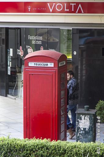 Bild Buenos Aires - Telefonzelle. Eine rote Telefonzelle die ähnlich aussieht wie die britischen Klassiker.