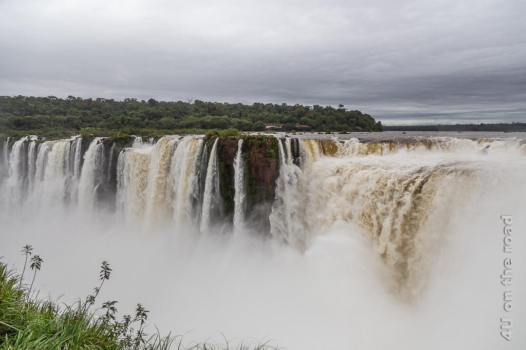 Bild Iguazu - Teufelsschlucht Impression 2; das Foto zeigt, wie entlang des Ausflusses des Kessels weitere Wasserfälle hinabstürzen.