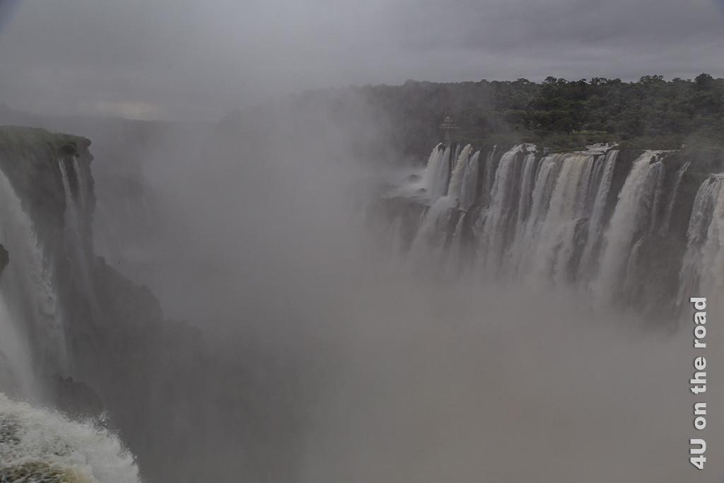 Iguazu - Teufelsschlucht Impression 4; es zeigt vom Kessel her die Schlucht, die den Auslauf bildet und entlang derer von beiden Seiten das Wasser in vielen, oft breiten Fällen hinabstürzt.