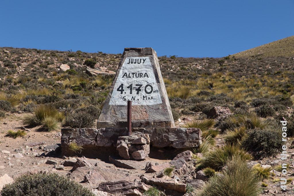 Bild Stein, der die Passhöhe des Passo de Jama markiert