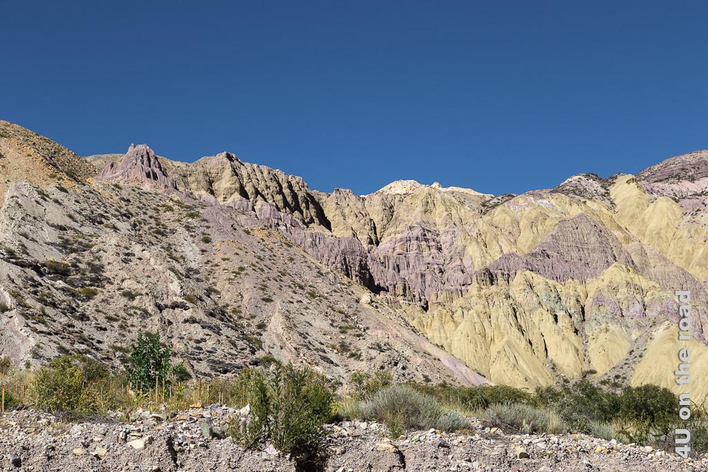 Bild Von Purmamarca zum Passo de Jama - bunte Felsen in gelb und rosa Tönen