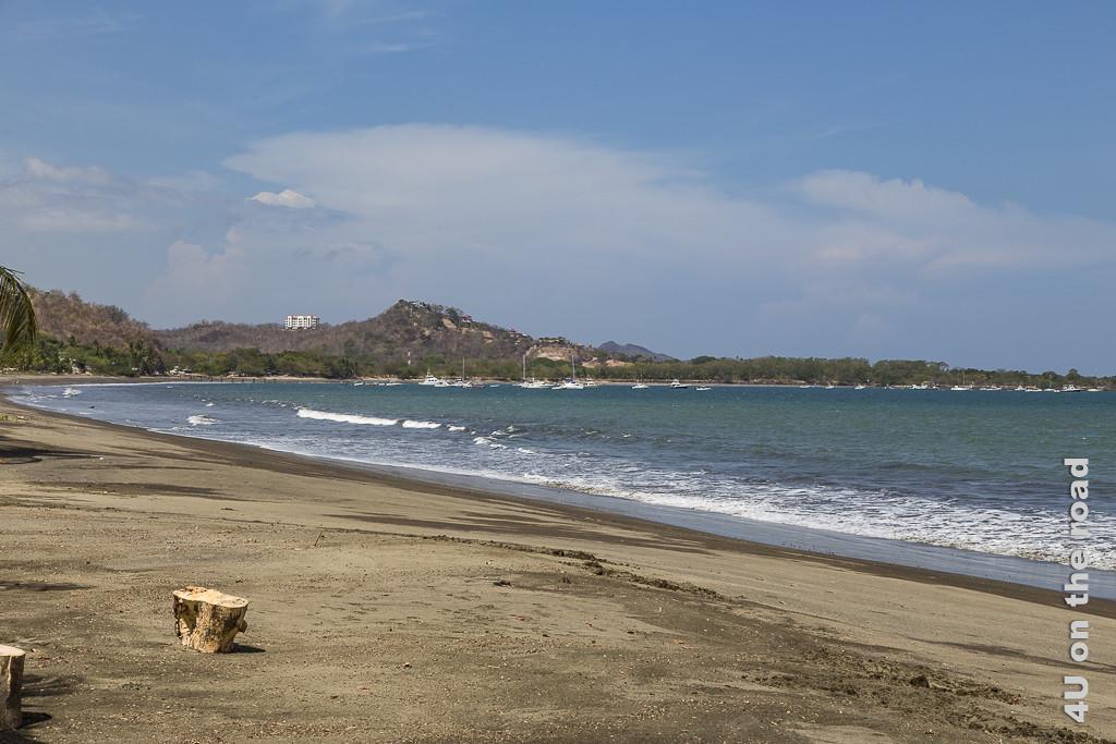 Bild Blick auf den Yachthafen zeigt Strand, Meer, Berge und ein paar kleiner Yachten
