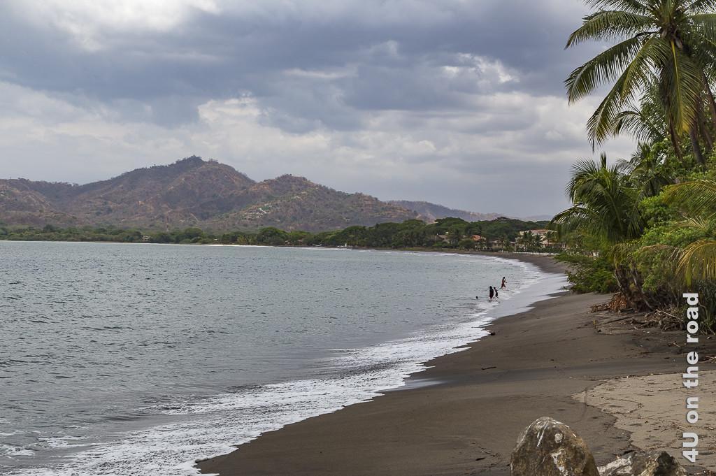 Bild, Blick auf die Bucht in Guanacaste, an der unser Hotel liegt, zeigt einen schmalen Strandabschnitt, tropische Vegetation und im Hintergrund Berge