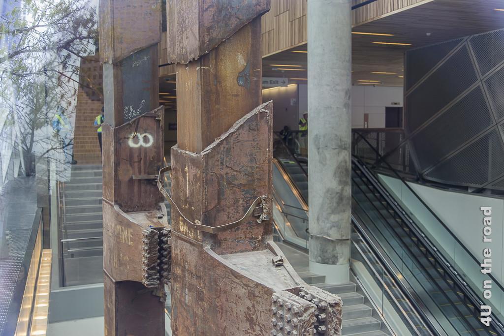 Bild Blick in die neue U-Bahn Station am WTC, zeigt die alten Stahlträger in der modernen Station mit Rolltreppen als Gestaltungselement.