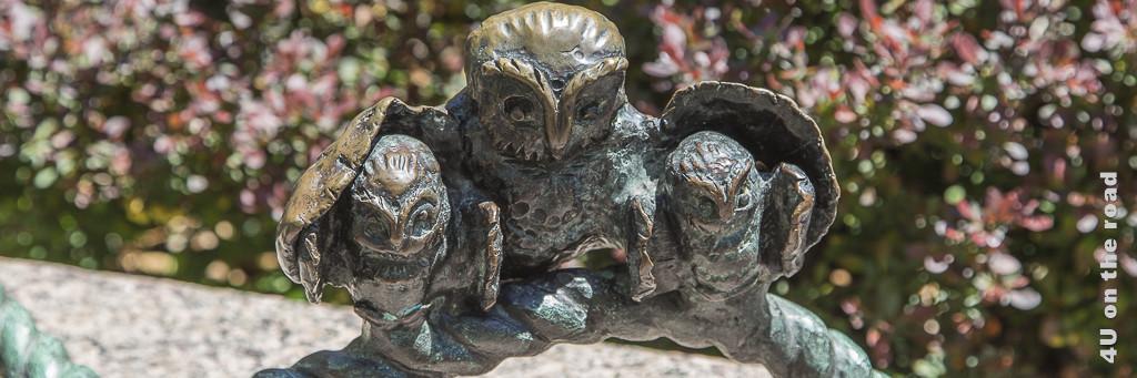 Bild Bronze Eule zeigt Eule, die ihre Jungen und den gespreizten Flügeln beschützt.