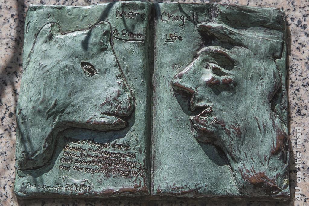 Bild Bronze - aufgeschlagene Seite Marc Chagall, zeigt vis-a-vis Tier und Mensch mit Zitat.