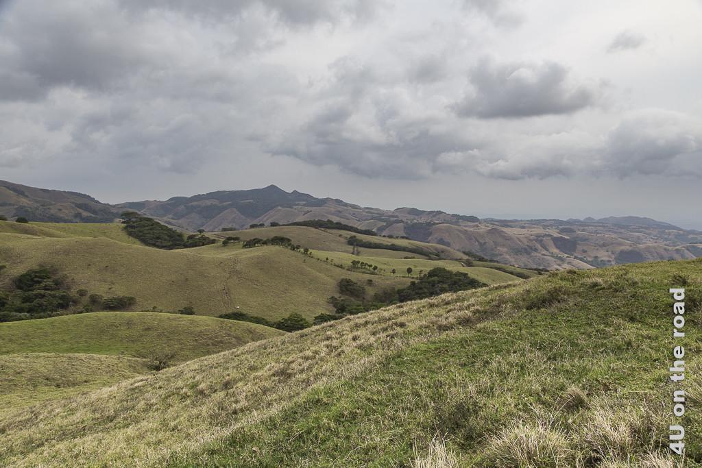 Bild Die Hügel nehmen kein Ende zeigt Hügel so weit das Auge reicht und Wolken am Himmel