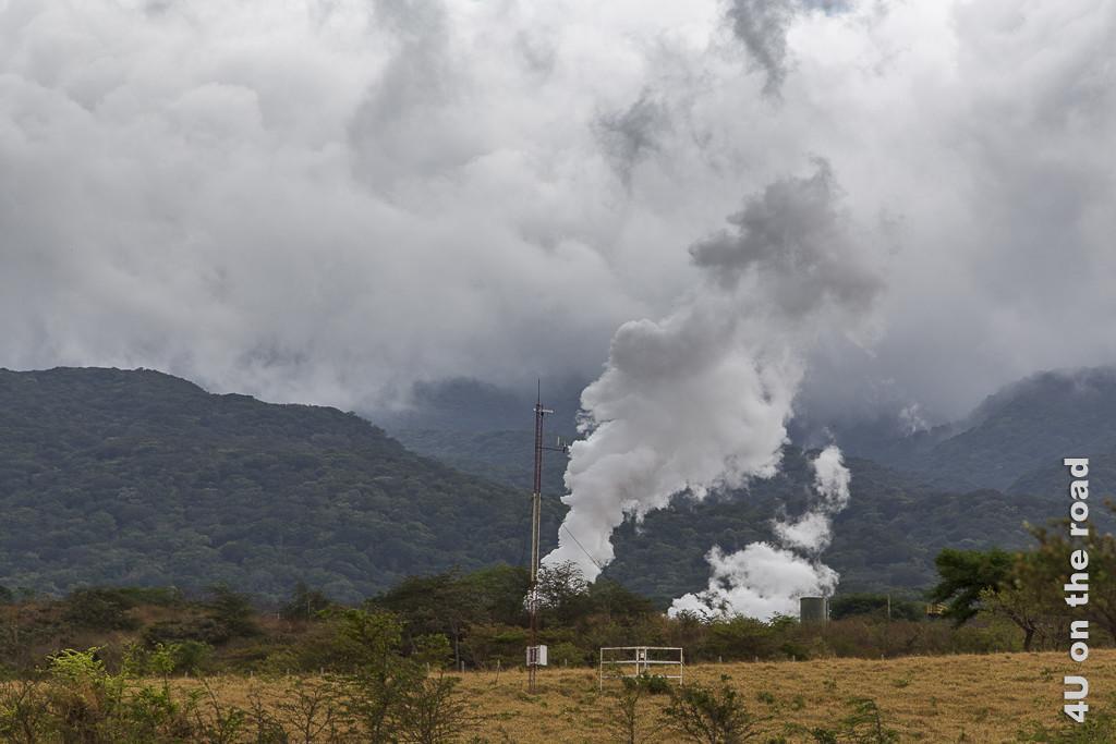 Bild Es dampft im gesperrten Gebiet zeigt Dampfsäulen vor Bergkulisse