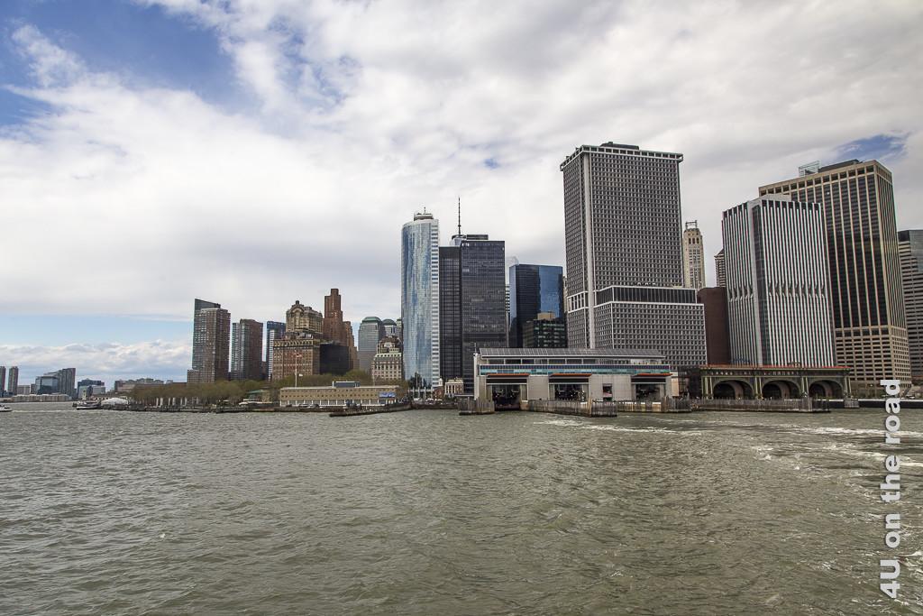 Bild Fähranleger Staten Island Fähre, New York zeigt den Anleger vom Wasser aus, im Hintergrund die Hochhäuser Manhattens