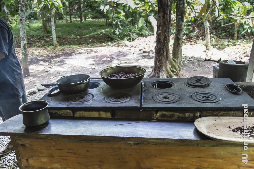 Bild Hier wird der Eisentopf erhitzt, Museo de Cacao, zeigt einen Metallherd, dessen Kochplatten man herausnehmen kann, um darunter Feuer zu machen
