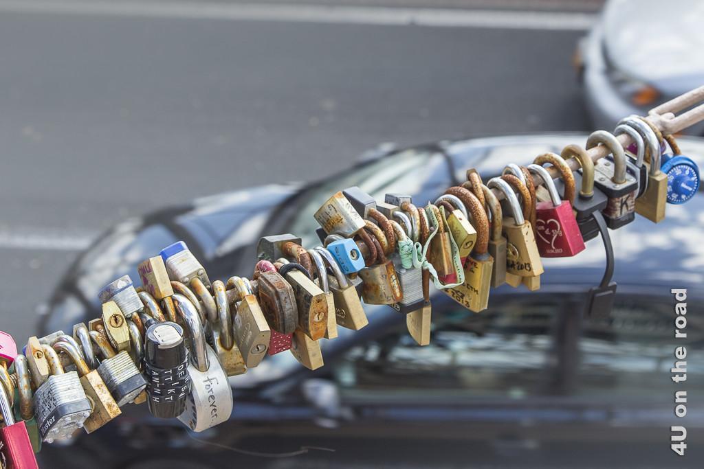 Bild Liebesschwüre auf der Brooklyn Bridge zeigt lauter beschriftete Schlösser nebeneinander mit denen die ewige Liebe beschworen wird.