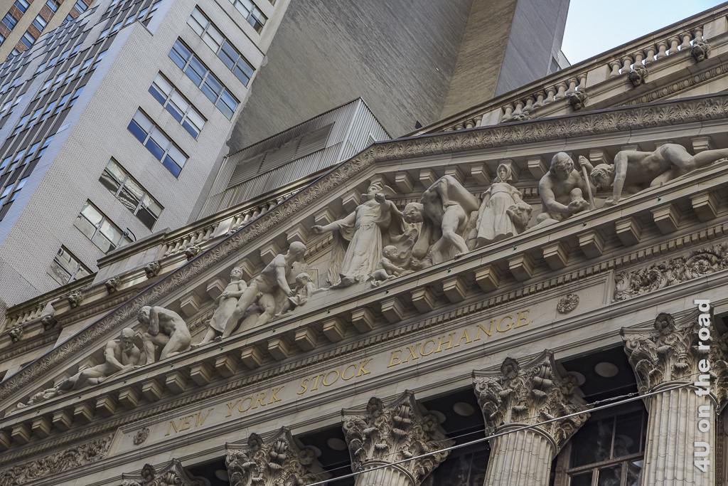 Bild New York Stock Exchange zeigt das Relief im Dach des Gebäudes und die Enden der Säulen mit Acanthusblättern, im Hintergrund Hochhäuser.