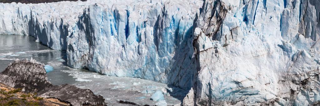 Bild Reisetipps Argentinien - Perito Moreno Gletscher zeigt die Eisnasen in weiss, gletscherblau durchzogen mit schwarzen Linien